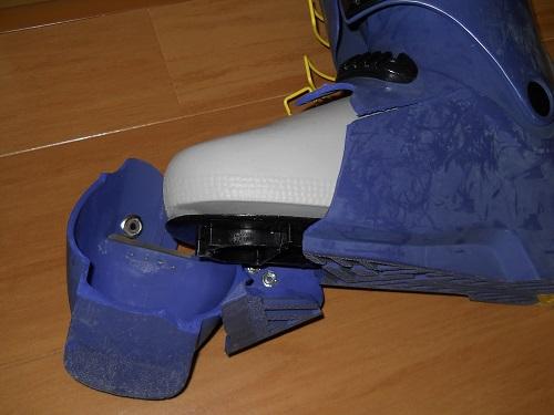 経年劣化して割れたプラスチックブーツ